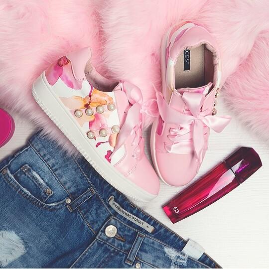 Modny detal: perełki na ubraniach i obuwiu